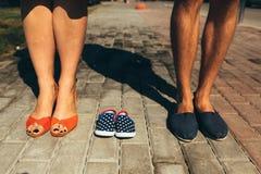 Крупный план женских и мужских ног в вскользь ботинках Стоковое Изображение