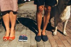 Крупный план женских и мужских ног в вскользь ботинках Стоковые Изображения