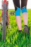 Крупный план женских ног и велосипеда велосипедиста Стоковая Фотография RF