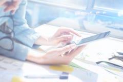 Крупный план женских рук держа современный smartphone и касающий экран Бизнесмены концепции используя передвижные устройства икон Стоковые Изображения