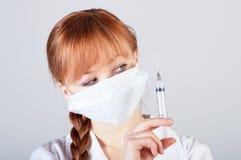 Крупный план женского доктора с шприцем Стоковые Фото