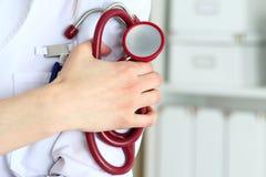 Крупный план женского доктора therapeutist медицины стоя с руками Стоковые Изображения RF