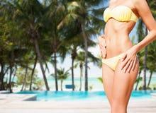 Крупный план женского тела в бикини на пляже Стоковые Фото