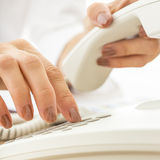 Крупный план женского телефониста набирая телефонный номер Стоковые Изображения RF