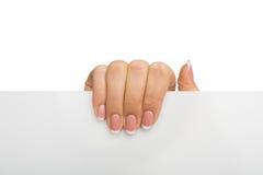 Крупный план женской руки держа чистый лист бумаги, вырез Стоковое Фото