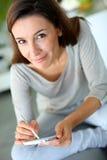 Крупный план женщины брюнет используя smartphone Стоковые Изображения RF