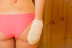 Крупный план женщины в сауне с exfoliating перчаткой Стоковое Фото