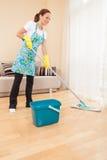 Крупный план женщины делая домашнее хозяйство и очищать. Стоковое Фото