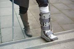 Крупный план женщины идя с бросанием пешком стоковое изображение rf