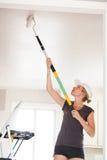 Крупный план женщины крася потолок стоковое изображение rf