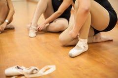 Крупный план женщин кладя на ботинки танца Стоковая Фотография RF