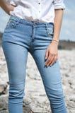 Крупный план женщин нося голубые джинсы джинсы носки женщины моды Женщина пригонки в джинсах Стоковые Изображения RF