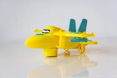 Крупный план желтой пластичной игрушки, самолета на белой таблице Стоковая Фотография RF