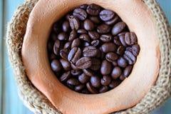 Крупный план зажаренных в духовке кофейных зерен (селективный фокус) Стоковые Изображения