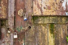 Крупный план замков на старой двери Стоковые Фотографии RF