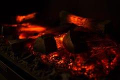 Крупный план золы деревянного угля огня янтарный Стоковое Изображение RF