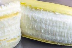 Крупный план зрелого банана, взгляда со стороны по мере того как он слезается, плоти a Стоковое фото RF