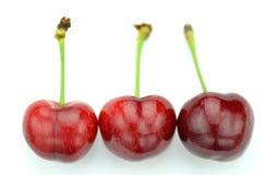 Крупный план зрелых, свежих и сладостных вишен изолированных на белизне Стоковое Изображение