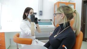 Крупный план зубов ` s молодой женщины дантиста рассматривая акции видеоматериалы