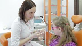 Крупный план зубов ` s молодой женщины дантиста рассматривая сток-видео