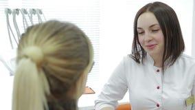 Крупный план зубов ` s молодой женщины дантиста рассматривая видеоматериал