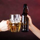 Крупный план здравицы пива Стоковая Фотография RF