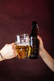 Крупный план здравицы пива Стоковое фото RF
