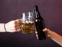 Крупный план здравицы пива Стоковое Фото