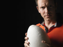 Крупный план игрока рэгби держа шарик Стоковая Фотография