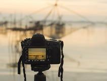 Крупный план камеры на треноге outdoors Ландшафт предпосылки из фокуса Стоковые Изображения RF