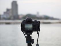 Крупный план камеры на треноге outdoors Ландшафт предпосылки из фокуса, отборного фокуса Стоковые Изображения RF