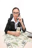 Крупный план коммерсантки смотря камеру и держа деньги Стоковая Фотография