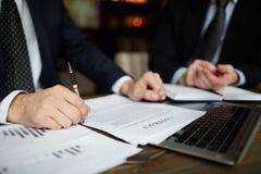 Крупный план контракта чтения бизнесмена Стоковые Фотографии RF