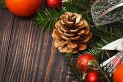 Крупный план конуса сосны на деревянном столе Стоковое Изображение