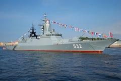 Крупный план Корвета Boykiy ракеты солнечного дня в июле в водах Neva День ВОЕННО-МОРСКОГО Флотаа в Санкт-Петербурге стоковая фотография rf