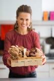 Крупный план корзины грибов с усмехаясь женщиной в кухне Стоковое Изображение RF