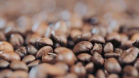 Крупный план кофейных зерен, зерно, падая, замедленное движение сток-видео