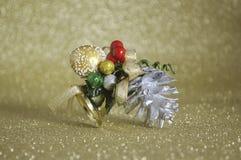 Крупный план колокола рождества золота на предпосылке нерезкости золотой Стоковые Изображения