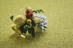 Крупный план колокола рождества золота на предпосылке нерезкости золотой Стоковые Фото