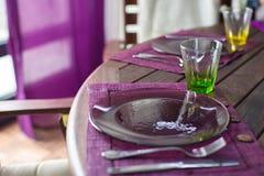 Крупный план красивого tableware цвета для украшенной таблицы Стоковые Фото