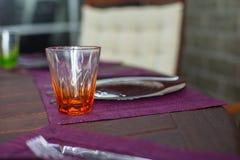 Крупный план красивого tableware цвета для украшенной таблицы Стоковые Фотографии RF