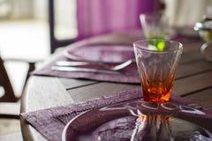 Крупный план красивого tableware цвета для украшенной таблицы Стоковое Изображение
