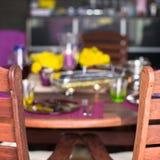 Крупный план красивого tableware цвета для украшенной таблицы Стоковые Изображения