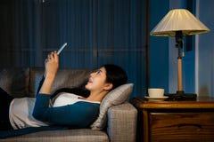 Крупный план красивой азиатской женщины лежа вниз Стоковые Изображения RF