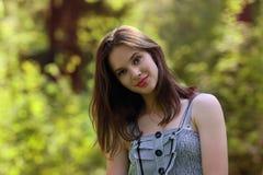 Крупный план красивой девушки с красными губами и длинными волосами Стоковое Изображение