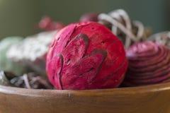 Крупный план красного ароматичного шарика potpourri с естественными частями в wo Стоковое Фото