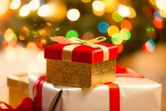 Крупный план красной подарочной коробки рождества с золотыми лентой и смычком Стоковое Фото
