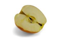 Крупный план красной половины яблока изолированный на белизне Стоковые Фотографии RF