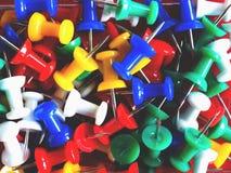 Крупный план красочной кучи прикалыванной канцелярской кнопкой Стоковое фото RF