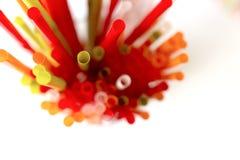 Крупный план красочных выпивая солом предпосылки, трубок для cockta Стоковые Фото